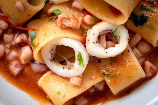 Calamarata, piatto tradizionale di pasta con calamari, cucina tipica napoletana, Cibo Italiano