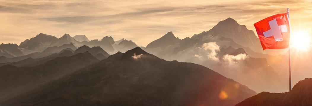 Schweizer Flagge vor Alpenpanorama im Hochgebirge