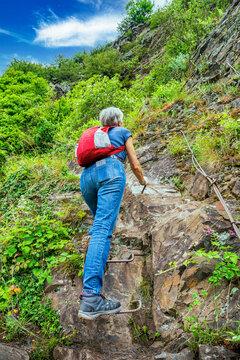Gefährliche Passagen sind im Calmont mit Tritthilfen gesichert