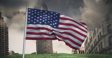 Samenstelling van wuivende Amerikaanse vlag tegen stormachtige lucht en stadsgezicht