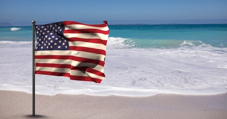 Samenstelling van wuivende Amerikaanse vlag tegen blauwe lucht en aan zee