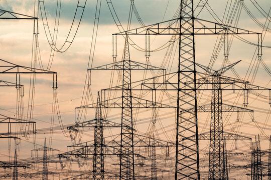 Stromtrasse am Kraftwerk Niederau√üem
