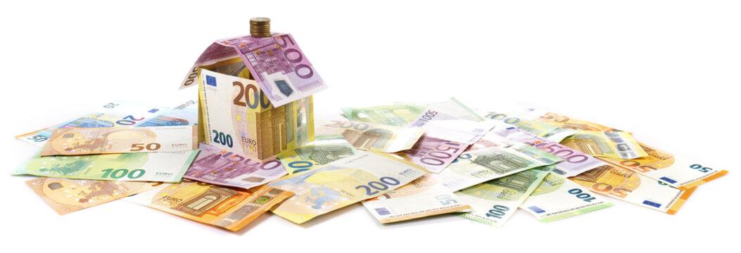 Haus aus Geldscheine, Hauskauf, Kredit - Symbol Panorama Freigestellt