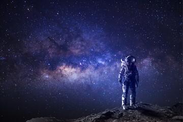 Astronaut op de achtergrond van de ruimtefantasie, melkweguniversum