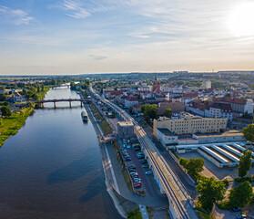 Widok z lotu ptaka na Bulwar Wschodni w centrum miasta Gorzów Wielkopolski. W tle Most Staromiejski nad rzeką Warta i wieża widokowa Dominanta.