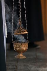 dymiąca kadzielnica w kościele
