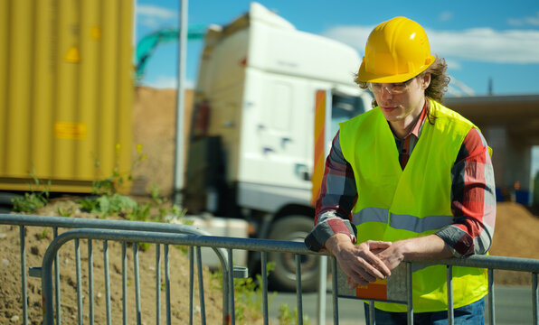 Male worker in hardhat and high vis jacket.