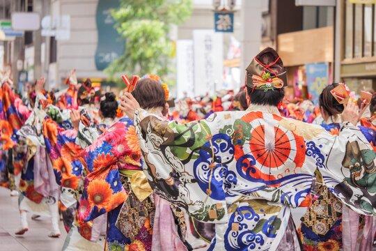 四国、高知県のよさこい祭りのパレード