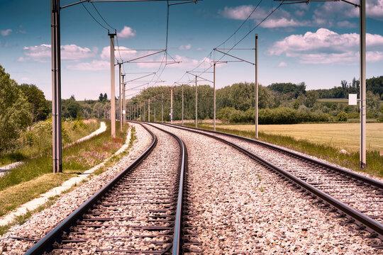 Bahngleise am Land