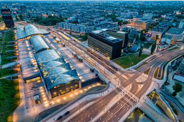 Dworzec Łódź Fabryczna. Widok na nocne miasto Łódź.