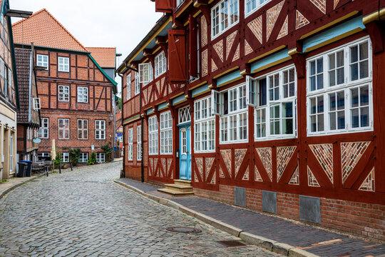 Straße in Lauenburg mit alten Fachwerkhäusern
