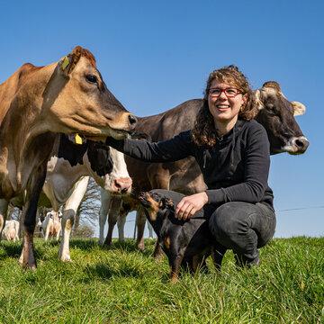 Bäuerliche Landwirtschaft - tierliebe Landwirtin im vertrauten Umgang mit ihren Kühen, Symbolfoto.