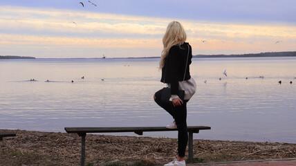 Obraz młoda kobieta, krajobraz, blondynka, sylwetka, ciało, przyroda, widok, kolorowe niebo, jezioro, woda  - fototapety do salonu