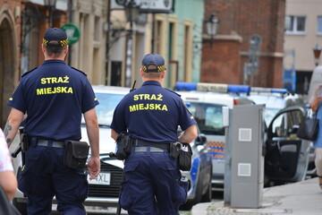 Obraz Polska straż miejska podczas pracy w dużym mieście.  - fototapety do salonu
