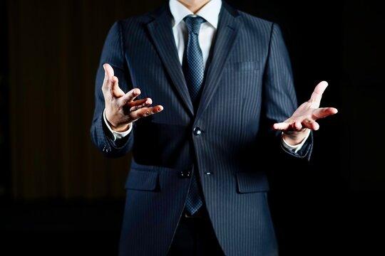 黒い背景のビジネスマンイメージ