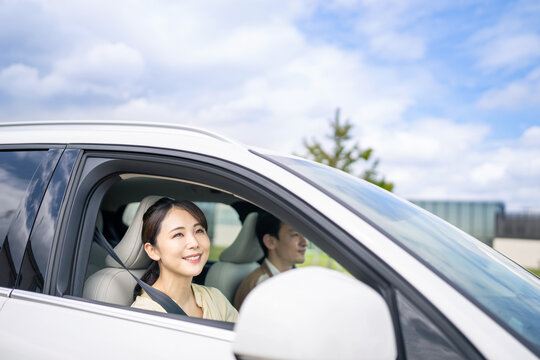 自動車を運転するカップル