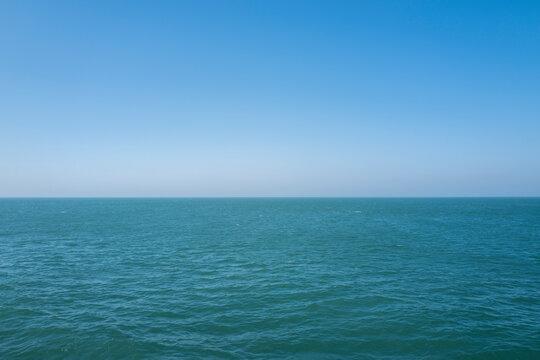 바다 끝 수평선을 바라보다