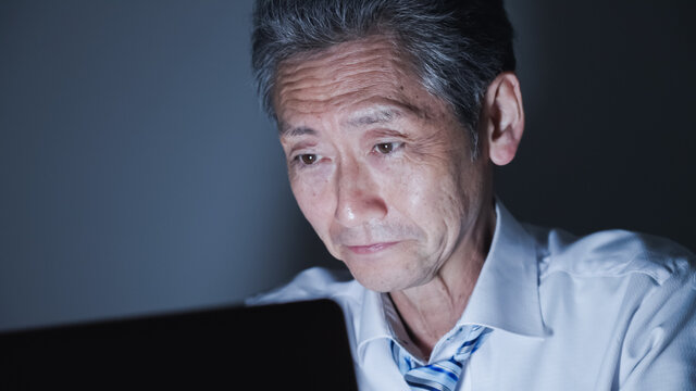 ミドル男性・ビジネスマン・パソコン・残業・過労・ストレス