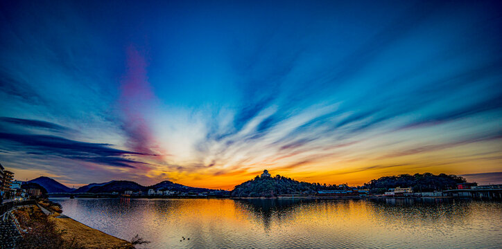 木曽川の水面に映る日の出前の空と国宝犬山城