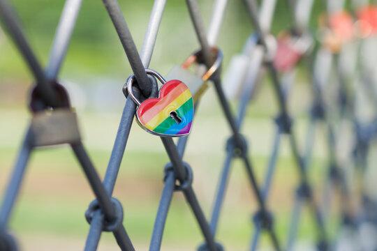 Vorhängeschloß in Regenbogenfarben