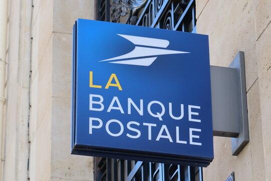 Enseigne / logo de la Banque Postale, célèbre banque française, sur la façade d'une agence bancaire à Paris – mars 2021 (France)