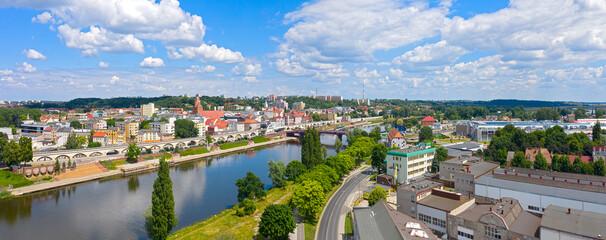 Szeroka panorama miasta Gorzów Wielkopolski, widok od strony Zawarcia na centrum miasta.