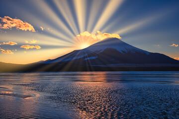 Obraz 富士山に差し込む太陽光線 - fototapety do salonu