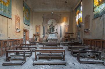Obraz Opuszczona kaplica... - fototapety do salonu