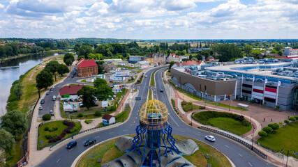 Gorzów Wielkopolski, widok na wschód z widoczną wieżą widokową Dominanta na rondzie Świętego Jerzego i centrum handlowym