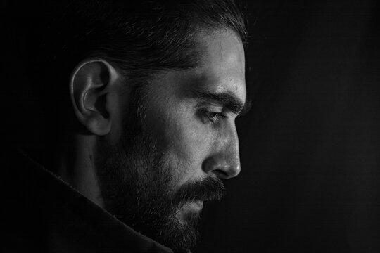 perfil  del rostro de un hombre con una mirada baja