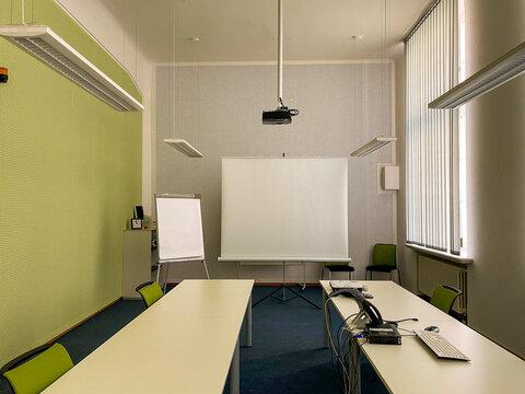 Ausstattung eines Konferenzraumes mit Beamer, Tafel, Flipchart, Rechner und Telefon