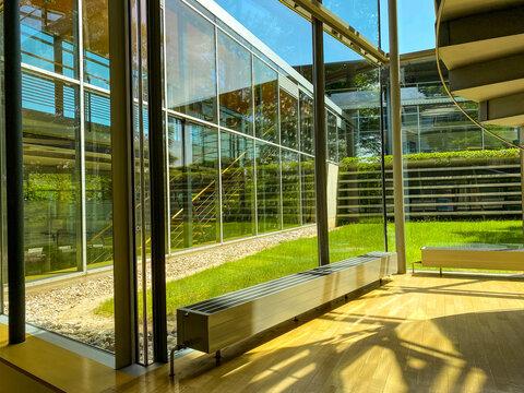 Strukturen und Linien bei Treppenhäusern und Fensterfronten