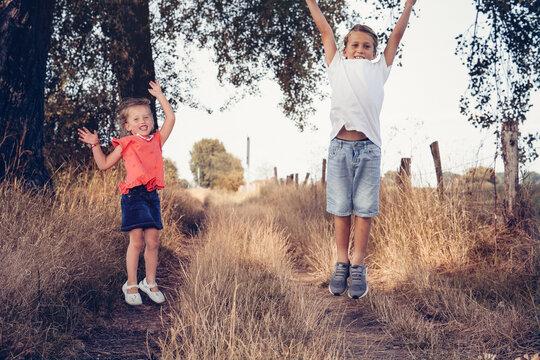 Outdoor Kinder Geschwister laufen um die Wette Natur