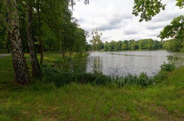 Park Świerklaniez z dużym jeziorem w środku