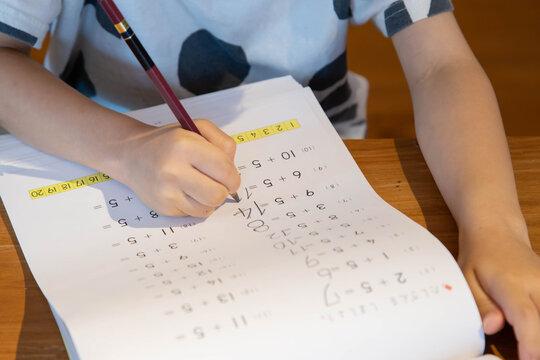 家で子供が算数の勉強をする