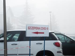 Fototapeta Szczepienie  covid-19 - znak przy punkcie szczepień, Polska, strzałka, szczepionka  obraz