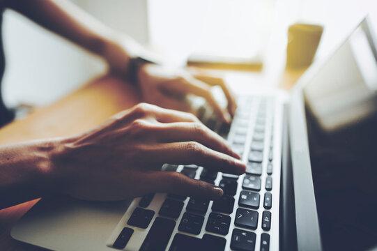 ノートパソコンと女性の手元