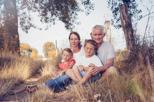 Portrait Familie Eltern mit Kindern Tochter und Sohn outdoor zur Sommerzeit Harmonie