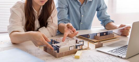 Fototapeta 住宅模型で注文住宅の検討をする、注文住宅の打ち合わせ中の人の手元、住宅販売の営業、 obraz