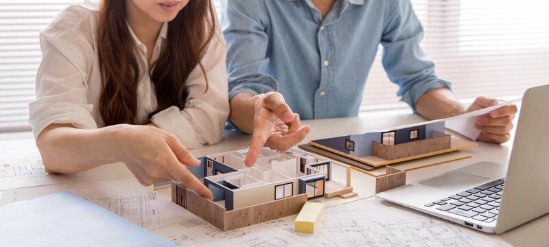 住宅模型で注文住宅の検討をする、注文住宅の打ち合わせ中の人の手元、住宅販売の営業、