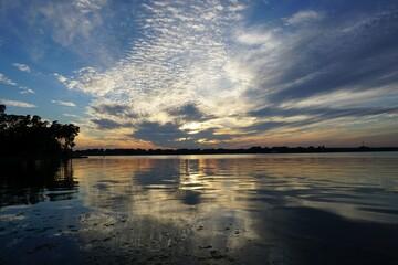 Fototapeta Zachód słońca nad jeziorem gra kolorów i chmur obraz