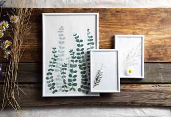 Obraz Dekoracja z ramek na starych drewnianych deskach - fototapety do salonu