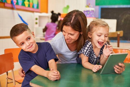 Erzieherin hat Spaß mit Kindern im Kindergarten