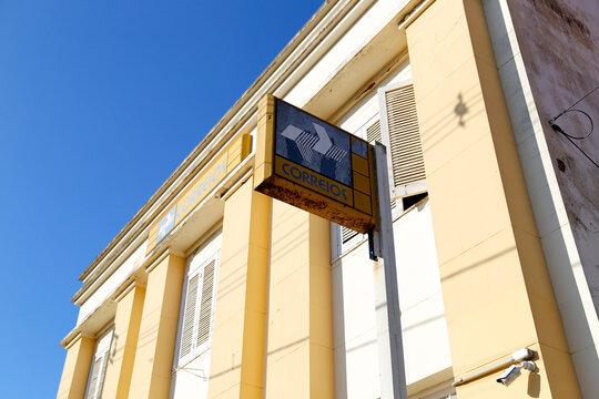 yellow office building of Correios in the interior of Minas Gerais