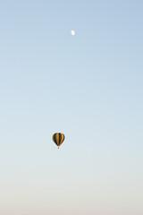 Obraz Lot balonem, lot nad miastem, balon w powietrzu, balon, lato 2021, Kolorowy balon - fototapety do salonu