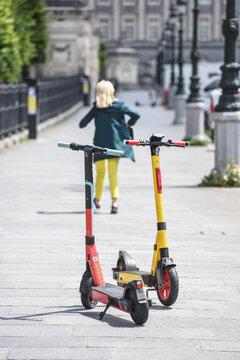 trottinette  location mobilite electrique environnement ecologie stationnement trottoirs Bruxelles scooters ville urbain transport