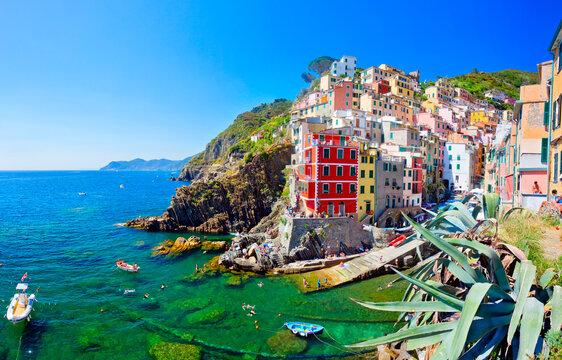 Wunderschönes Dorf Riomaggiore in Cinque Terre, Italien