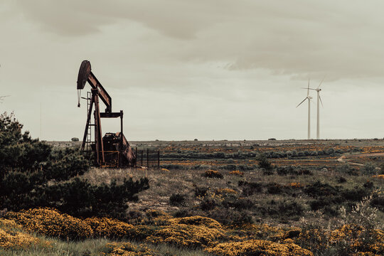 Pozo de petróleo y energía  eólica en Sargentes de Lora
