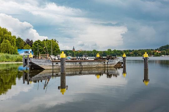Arbeitsboot mit Poller auf der Tave bei Lübeck