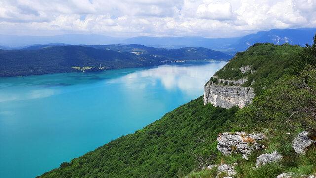 Le lac naturel du Bourget en Savoie, en France